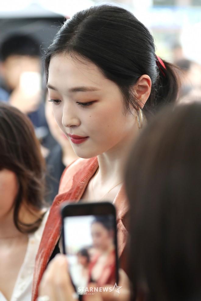 Sulli trở lại đẹp xuất sắc với màn hở ngực táo bạo, chấp cả Hoa hậu Hàn đẹp nhất thế giới và chị đại Kim Hye Soo - ảnh 7