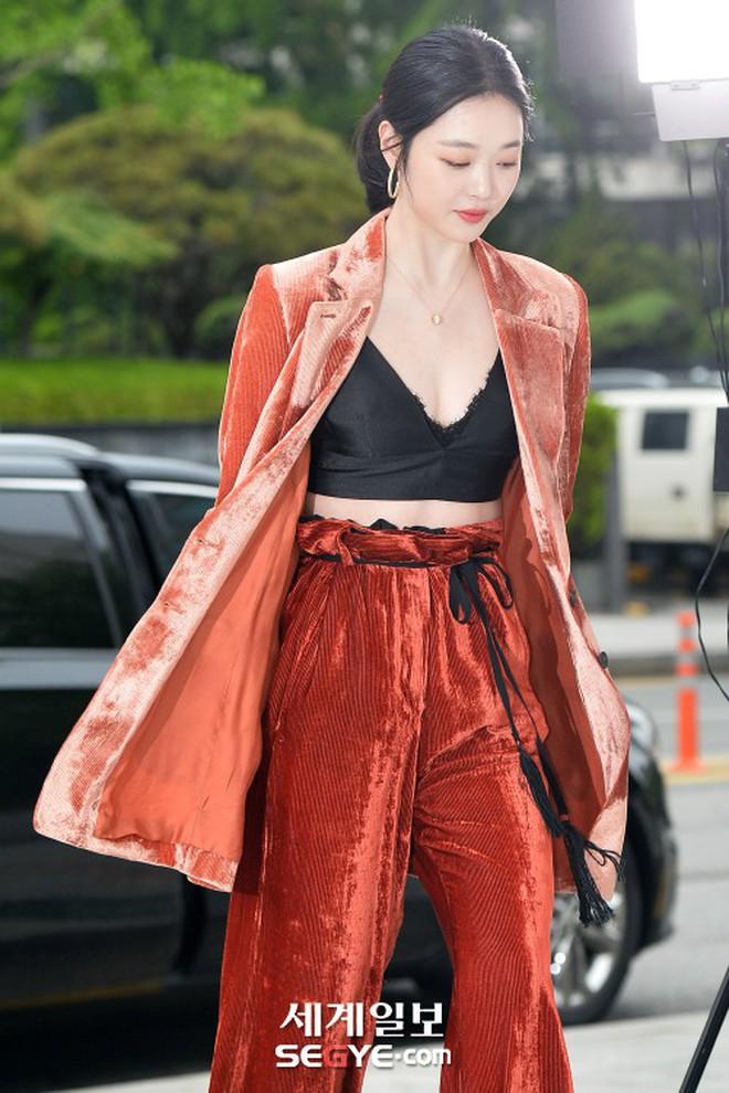 Sulli trở lại đẹp xuất sắc với màn hở ngực táo bạo, chấp cả Hoa hậu Hàn đẹp nhất thế giới và chị đại Kim Hye Soo - ảnh 5