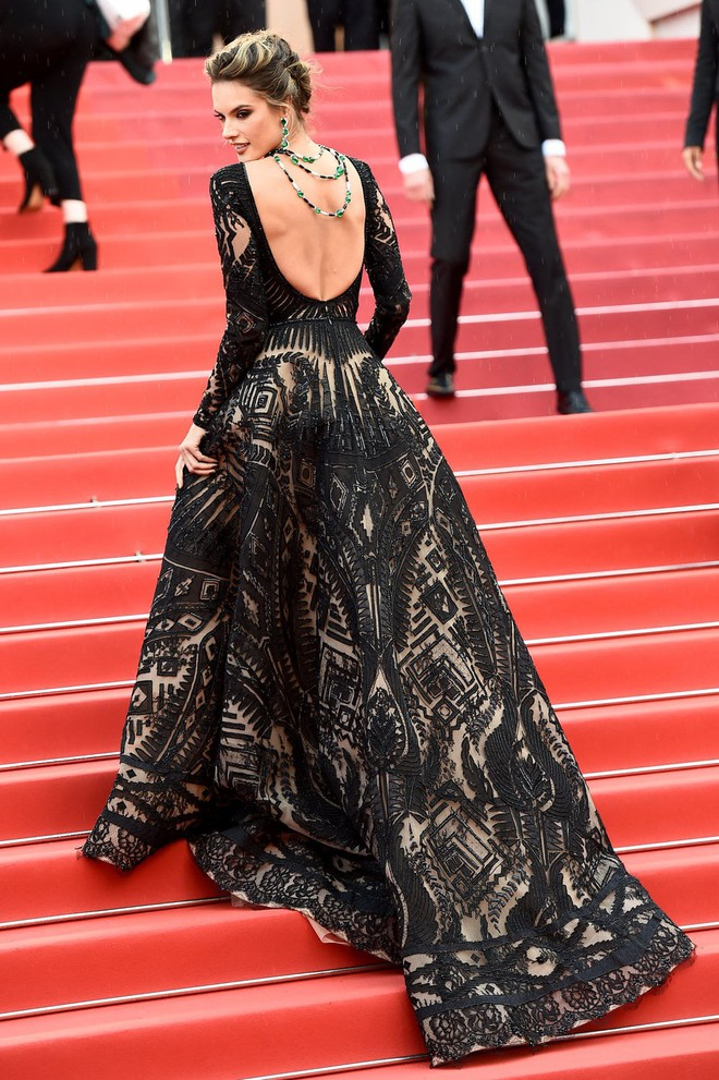Thảm đỏ Cannes những ngày qua không thiếu công chúa nhưng phải đến bây giờ, nữ hoàng mới thực sự xuất hiện - Ảnh 4.