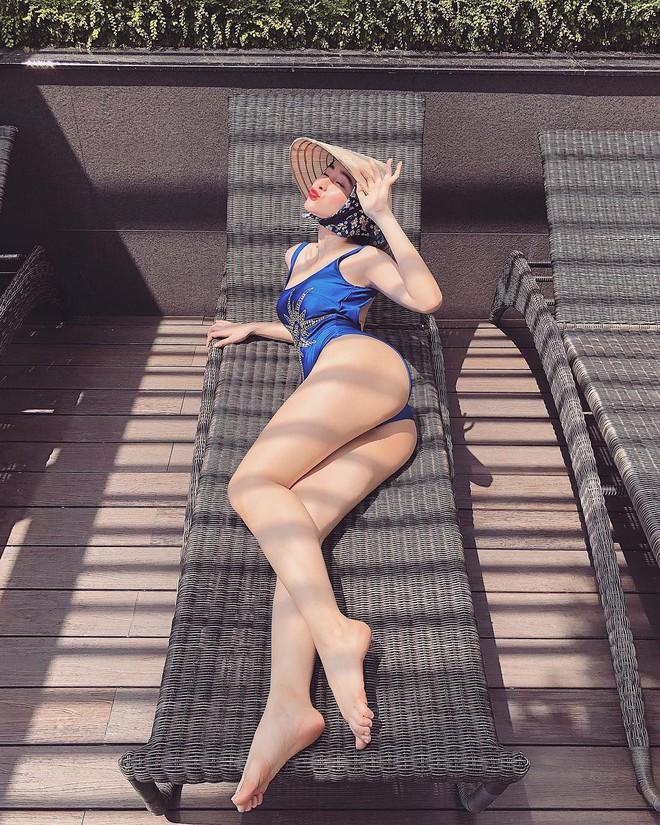 Có nên gọi Angela Phương Trinh gọi là bậc thầy sáng tạo vì mặc bikini đội nón lá chít khăn kín bưng?  - Ảnh 4.