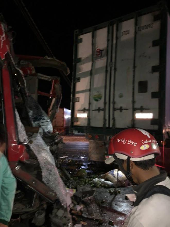 Xe khách va chạm với xe tải, ít nhất 12 người bị thương nặng - ảnh 2