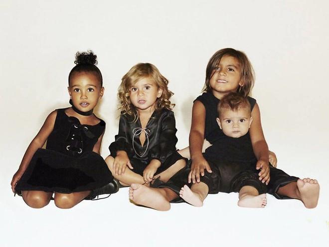 Sinh ra trong Hoàng gia nước Mỹ, các bé nhà Kardashian từ nhỏ phải tuân theo loạt quy định nghiêm ngặt - ảnh 1