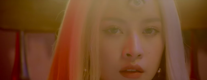 Nhá hàng MV tiếp theo với hình tượng Cô gái ba mắt, dân tình phát hiện ra ngay Chi Pu học từ Gucci - Ảnh 1.