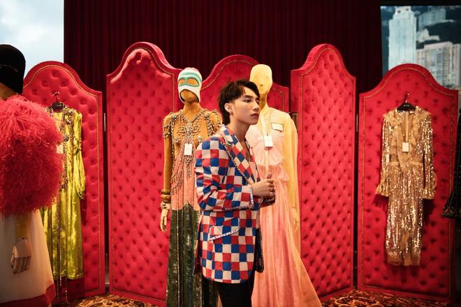 Chưa ấm chỗ với MV mới, Sơn Tùng đã vi vu qua tận Hong Kong để dự triển lãm của Gucci - Ảnh 4.