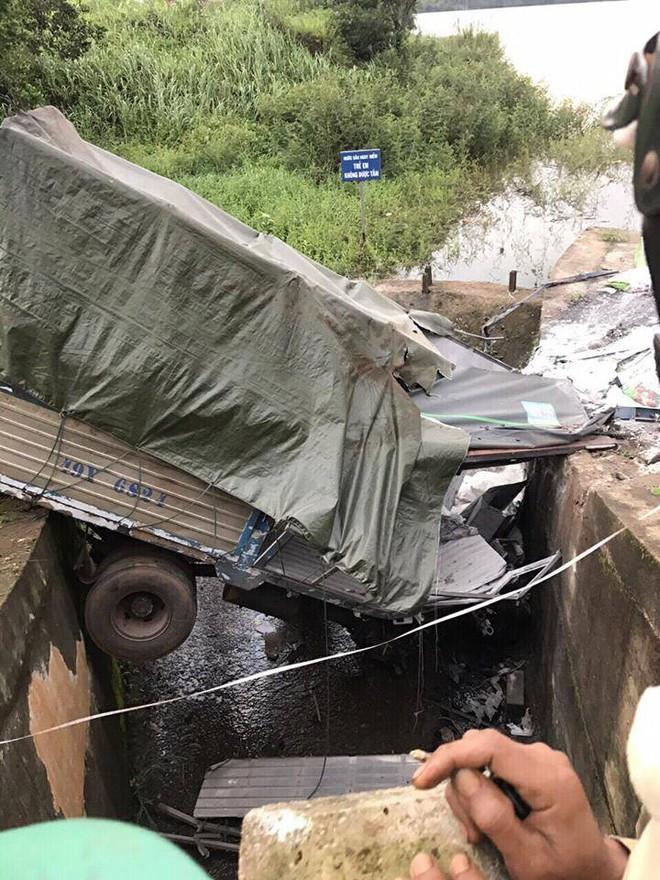 Tránh người đi đường, xe tải tông cổng chào rồi lao xuống hồ, 3 người ngồi trong cabin nguy kịch - ảnh 2