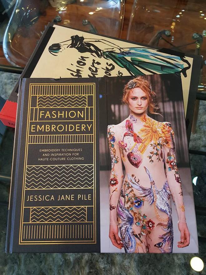 Em Hoa của NTK Công Trí sánh ngang với Dolce&Gabbana, Gucci khi xuất hiện trong sách ảnh nổi tiếng - Ảnh 2.