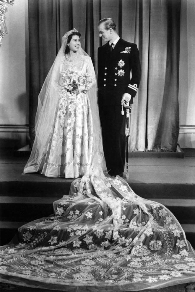 Trước thềm đám cưới của Hoàng tử Harry và Meghan Markle, điểm lại 13 mẫu váy cưới Hoàng gia khiến người người mê mẩn - ảnh 1