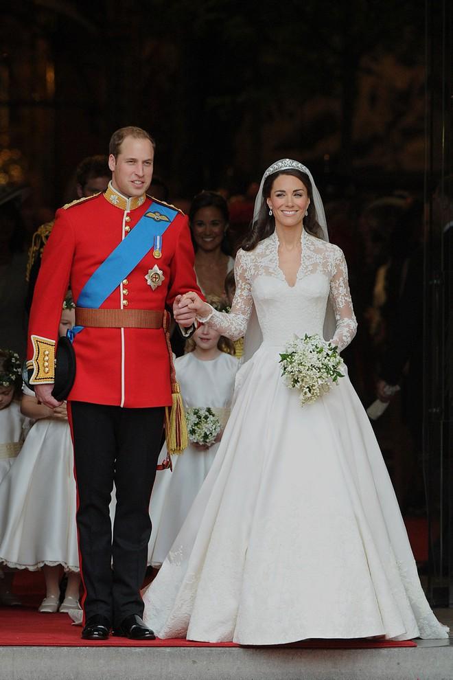 Trước thềm đám cưới của Hoàng tử Harry và Meghan Markle, điểm lại 13 mẫu váy cưới Hoàng gia khiến người người mê mẩn - ảnh 12