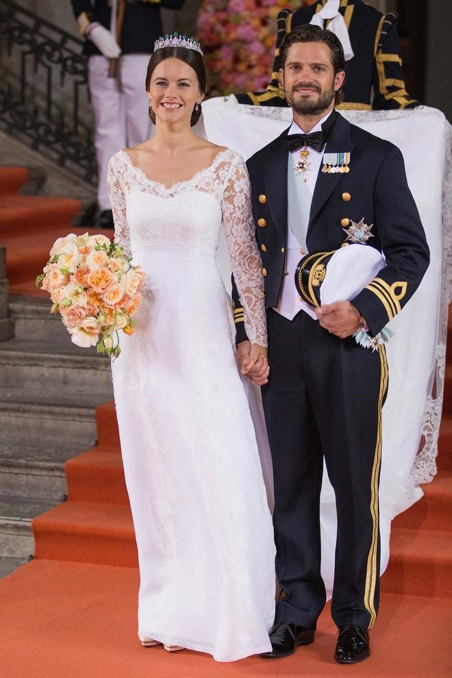 Trước thềm đám cưới của Hoàng tử Harry và Meghan Markle, điểm lại 13 mẫu váy cưới Hoàng gia khiến người người mê mẩn - ảnh 14