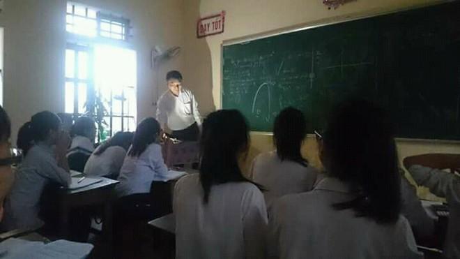 Thầy giáo tâm huyết bật đèn flash giảng bài, cầm thước kẻ ra sân đuổi ve để học sinh yên tĩnh ôn thi - ảnh 2
