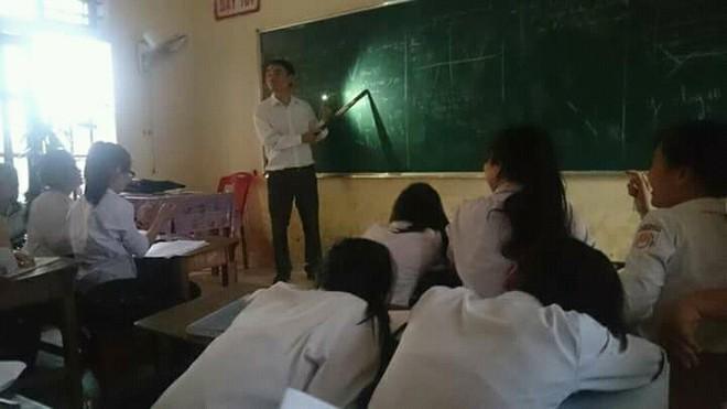 Thầy giáo tâm huyết bật đèn flash giảng bài, cầm thước kẻ ra sân đuổi ve để học sinh yên tĩnh ôn thi - ảnh 3