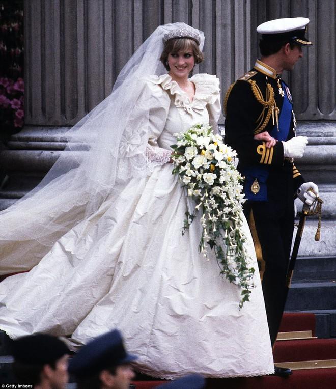 Trước thềm đám cưới của Hoàng tử Harry và Meghan Markle, điểm lại 13 mẫu váy cưới Hoàng gia khiến người người mê mẩn - ảnh 5