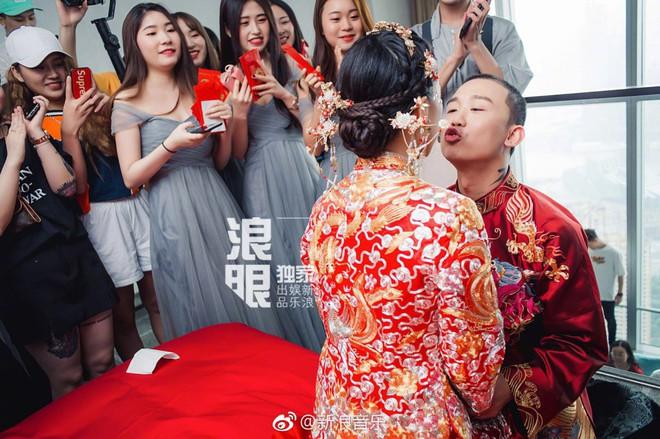 Đối thủ PGone tổ chức đám cưới ngọt ngào với bạn gái lâu năm, ôm bố mẹ vợ khóc nức nở - ảnh 1