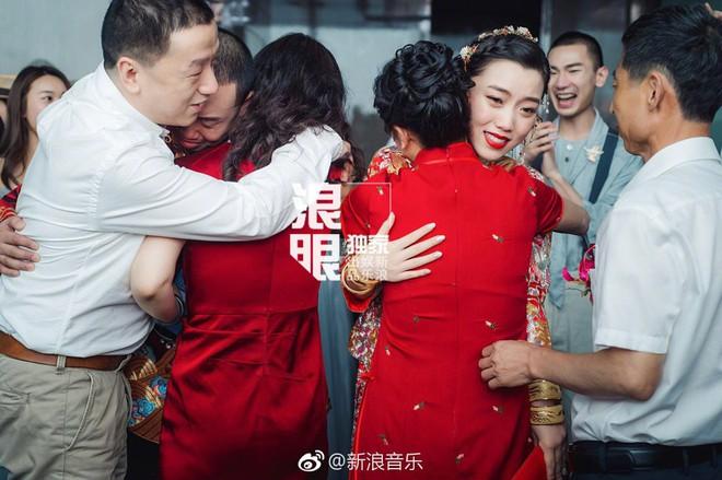 Đối thủ PGone tổ chức đám cưới ngọt ngào với bạn gái lâu năm, ôm bố mẹ vợ khóc nức nở - ảnh 5