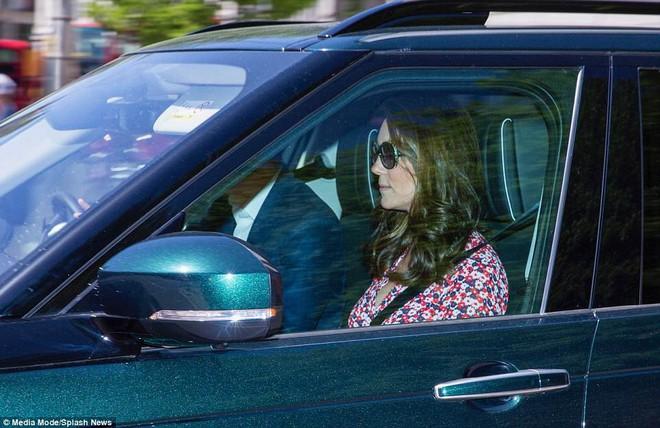 Hoàng tử Harry và Meghan Markle xuất hiện tươi tắn bất chấp những tin tức bê bối về gia đình suốt thời gian qua - ảnh 9