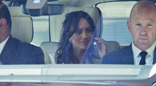 Hoàng tử Harry và Meghan Markle xuất hiện tươi tắn bất chấp những tin tức bê bối về gia đình suốt thời gian qua - ảnh 3