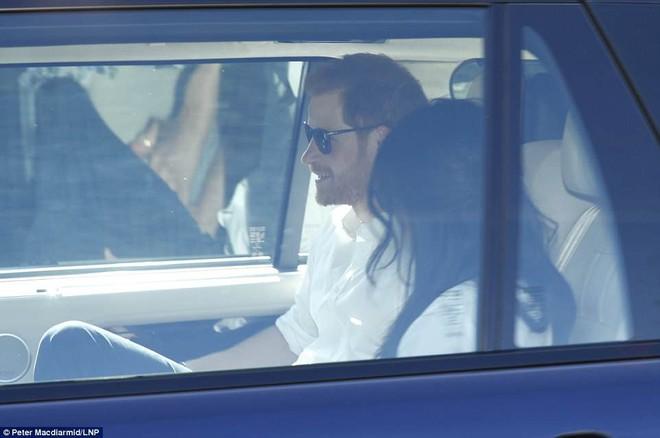Hoàng tử Harry và Meghan Markle xuất hiện tươi tắn bất chấp những tin tức bê bối về gia đình suốt thời gian qua - ảnh 6