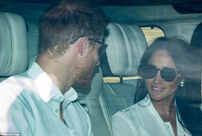 Hoàng tử Harry và Meghan Markle xuất hiện tươi tắn bất chấp những tin tức bê bối về gia đình suốt thời gian qua - ảnh 2