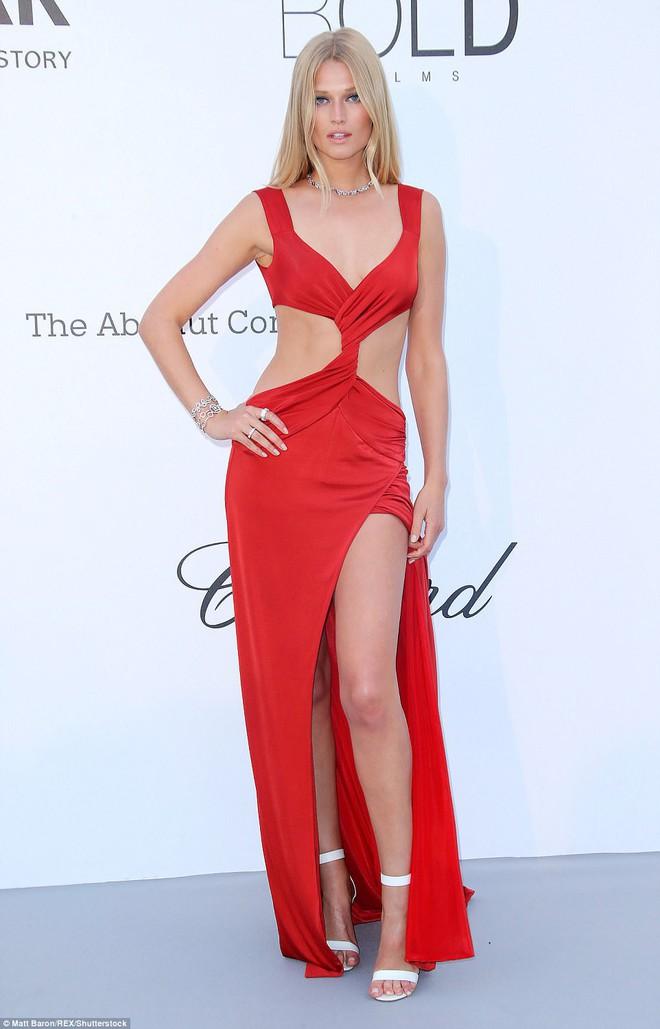LHP Cannes: Giữa dàn siêu mẫu đẹp nhất thế giới, một mỹ nhân gây chú ý vì vòng 1 nổi gân xanh - ảnh 1
