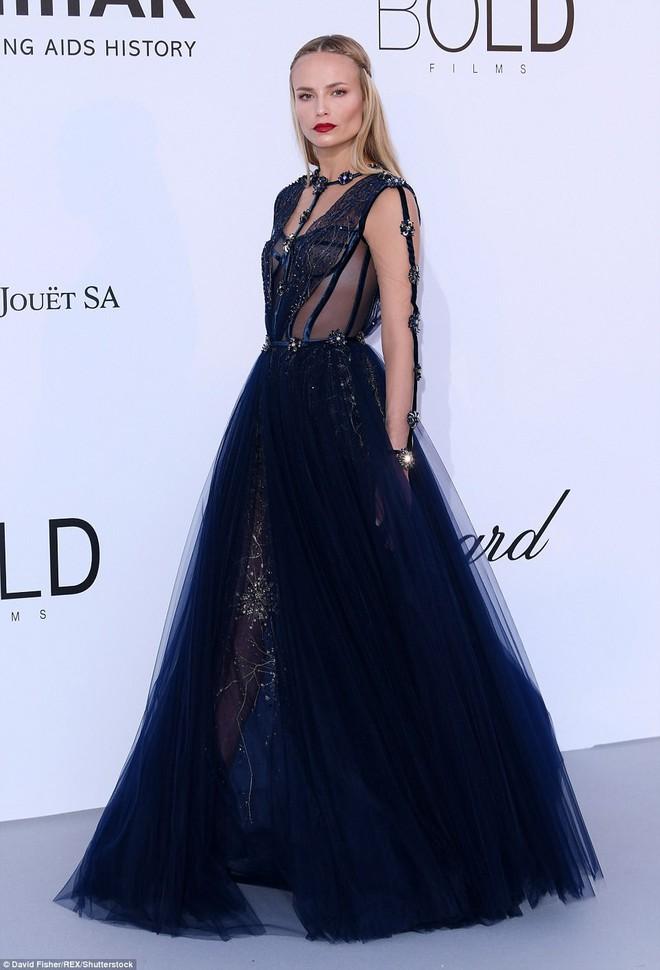 LHP Cannes: Giữa dàn siêu mẫu đẹp nhất thế giới, một mỹ nhân gây chú ý vì vòng 1 nổi gân xanh - ảnh 10