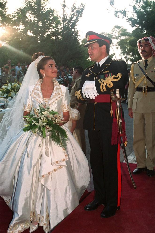 Trước thềm đám cưới của Hoàng tử Harry và Meghan Markle, điểm lại 13 mẫu váy cưới Hoàng gia khiến người người mê mẩn - ảnh 6