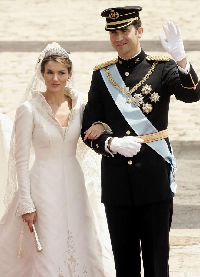 Trước thềm đám cưới của Hoàng tử Harry và Meghan Markle, điểm lại 13 mẫu váy cưới Hoàng gia khiến người người mê mẩn - ảnh 9