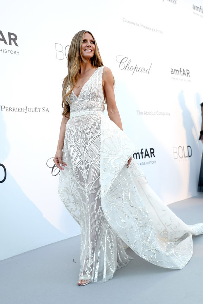 LHP Cannes: Giữa dàn siêu mẫu đẹp nhất thế giới, một mỹ nhân gây chú ý vì vòng 1 nổi gân xanh - ảnh 4