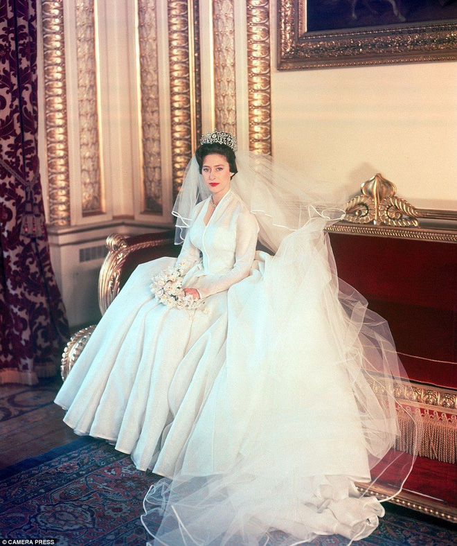 Trước thềm đám cưới của Hoàng tử Harry và Meghan Markle, điểm lại 13 mẫu váy cưới Hoàng gia khiến người người mê mẩn - ảnh 4