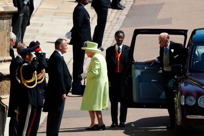 Nếu bạn thắc mắc vì sao Nữ hoàng Elizabeth mặc đồ xanh nõn chuối đến Đám cưới Hoàng gia thì lý do là thế này - ảnh 1