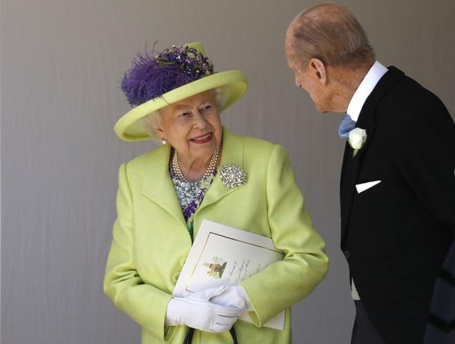 Nếu bạn thắc mắc vì sao Nữ hoàng Elizabeth mặc đồ xanh nõn chuối đến Đám cưới Hoàng gia thì lý do là thế này - ảnh 2