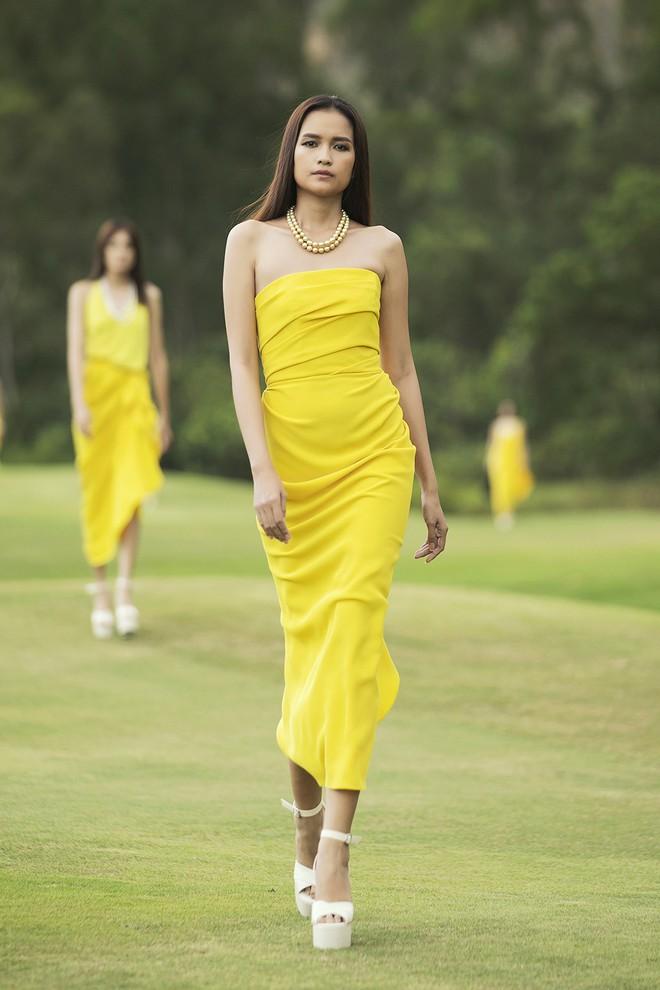 Đi giày hơn 15cm catwalk trên sân golf, khách mời phải ngả mũ trước dàn mẫu đỉnh của NTK Đỗ Mạnh Cường - ảnh 46