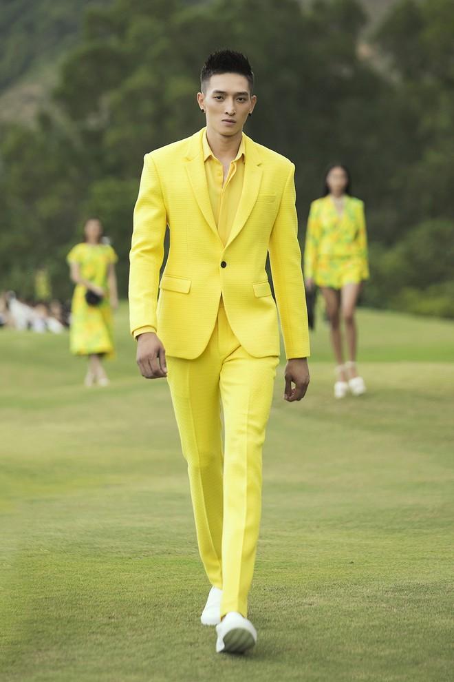 Đi giày hơn 15cm catwalk trên sân golf, khách mời phải ngả mũ trước dàn mẫu đỉnh của NTK Đỗ Mạnh Cường - ảnh 47