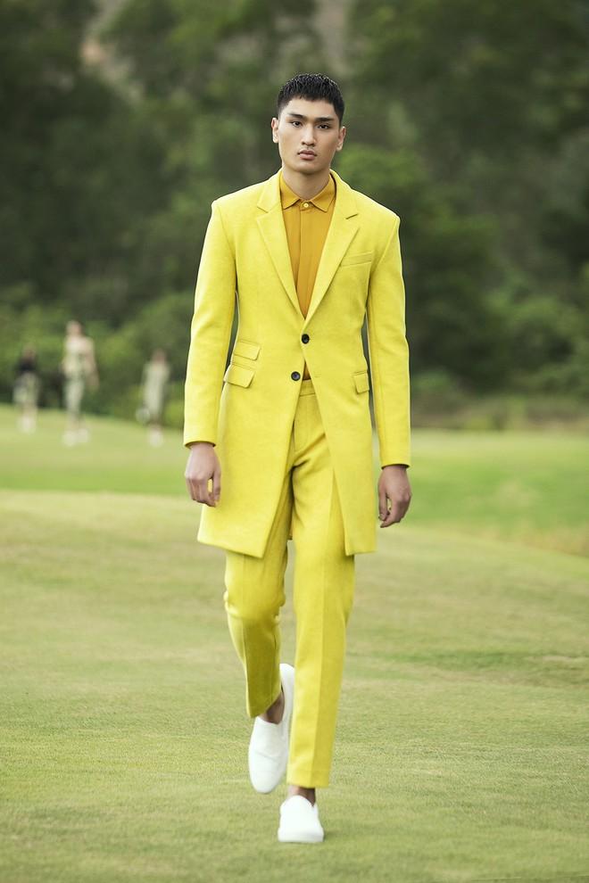 Đi giày hơn 15cm catwalk trên sân golf, khách mời phải ngả mũ trước dàn mẫu đỉnh của NTK Đỗ Mạnh Cường - ảnh 49
