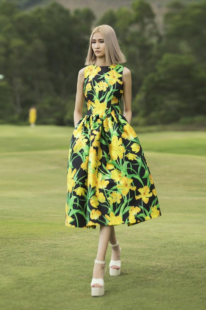 Đi giày hơn 15cm catwalk trên sân golf, khách mời phải ngả mũ trước dàn mẫu đỉnh của NTK Đỗ Mạnh Cường - ảnh 50