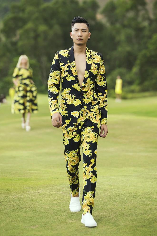 Đi giày hơn 15cm catwalk trên sân golf, khách mời phải ngả mũ trước dàn mẫu đỉnh của NTK Đỗ Mạnh Cường - ảnh 52