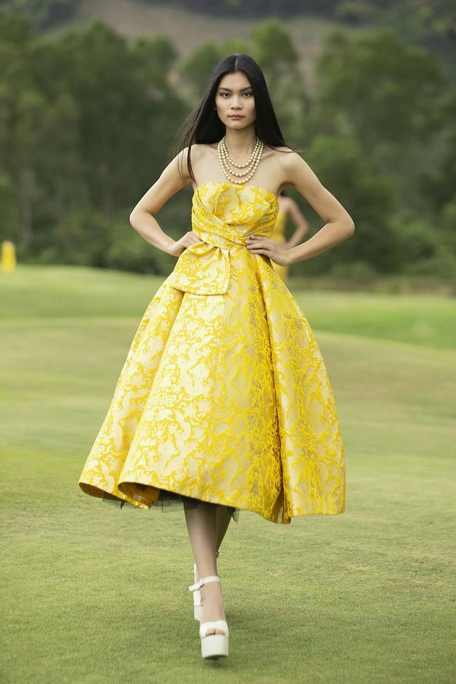 Đi giày hơn 15cm catwalk trên sân golf, khách mời phải ngả mũ trước dàn mẫu đỉnh của NTK Đỗ Mạnh Cường - ảnh 53