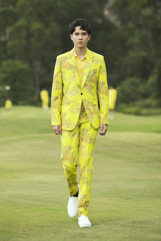 Đi giày hơn 15cm catwalk trên sân golf, khách mời phải ngả mũ trước dàn mẫu đỉnh của NTK Đỗ Mạnh Cường - ảnh 54