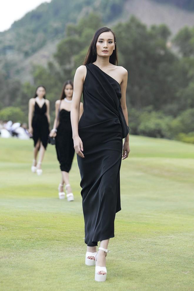 Đi giày hơn 15cm catwalk trên sân golf, khách mời phải ngả mũ trước dàn mẫu đỉnh của NTK Đỗ Mạnh Cường - ảnh 3