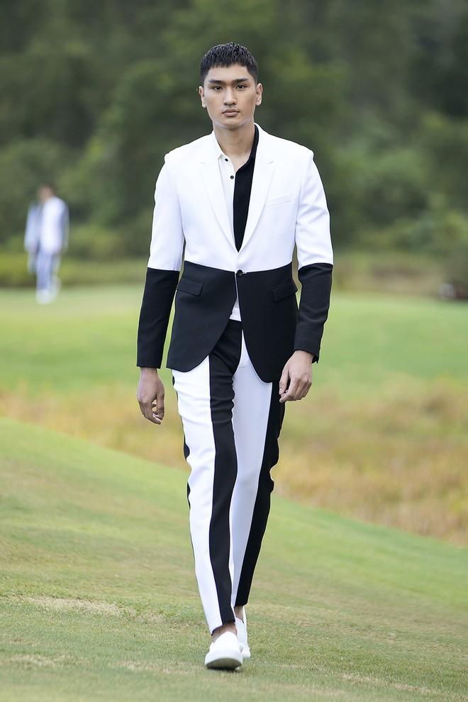 Đi giày hơn 15cm catwalk trên sân golf, khách mời phải ngả mũ trước dàn mẫu đỉnh của NTK Đỗ Mạnh Cường - ảnh 4