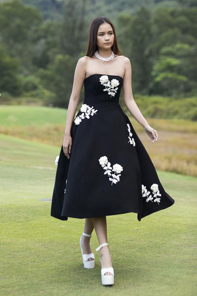 Đi giày hơn 15cm catwalk trên sân golf, khách mời phải ngả mũ trước dàn mẫu đỉnh của NTK Đỗ Mạnh Cường - ảnh 6