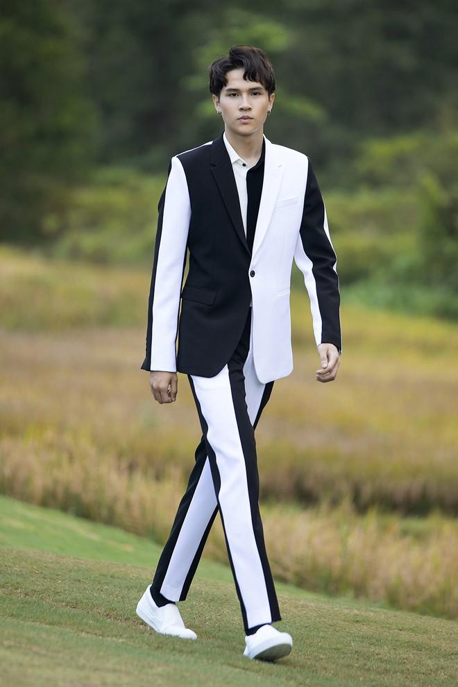 Đi giày hơn 15cm catwalk trên sân golf, khách mời phải ngả mũ trước dàn mẫu đỉnh của NTK Đỗ Mạnh Cường - ảnh 7