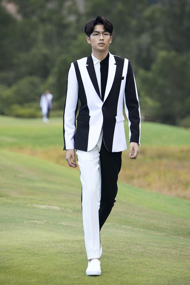 Đi giày hơn 15cm catwalk trên sân golf, khách mời phải ngả mũ trước dàn mẫu đỉnh của NTK Đỗ Mạnh Cường - ảnh 8