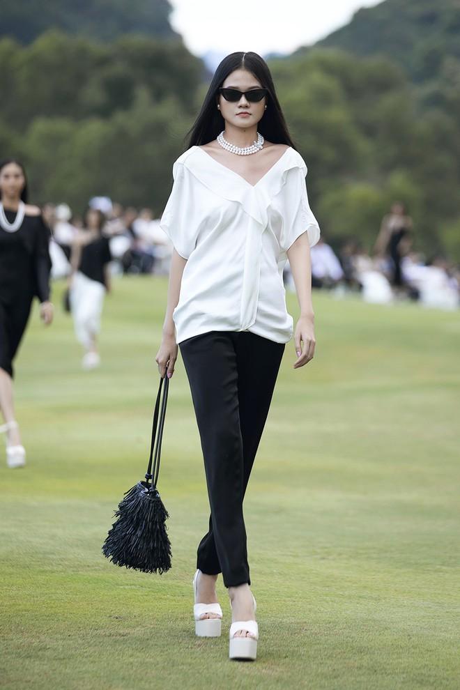 Đi giày hơn 15cm catwalk trên sân golf, khách mời phải ngả mũ trước dàn mẫu đỉnh của NTK Đỗ Mạnh Cường - ảnh 9