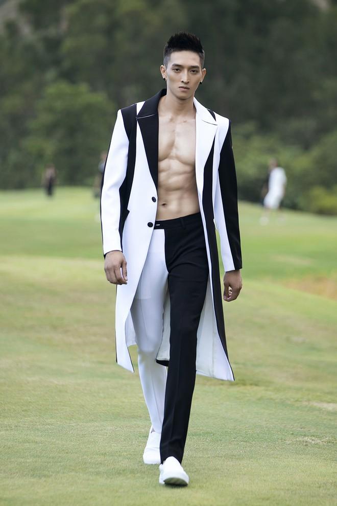 Đi giày hơn 15cm catwalk trên sân golf, khách mời phải ngả mũ trước dàn mẫu đỉnh của NTK Đỗ Mạnh Cường - ảnh 10