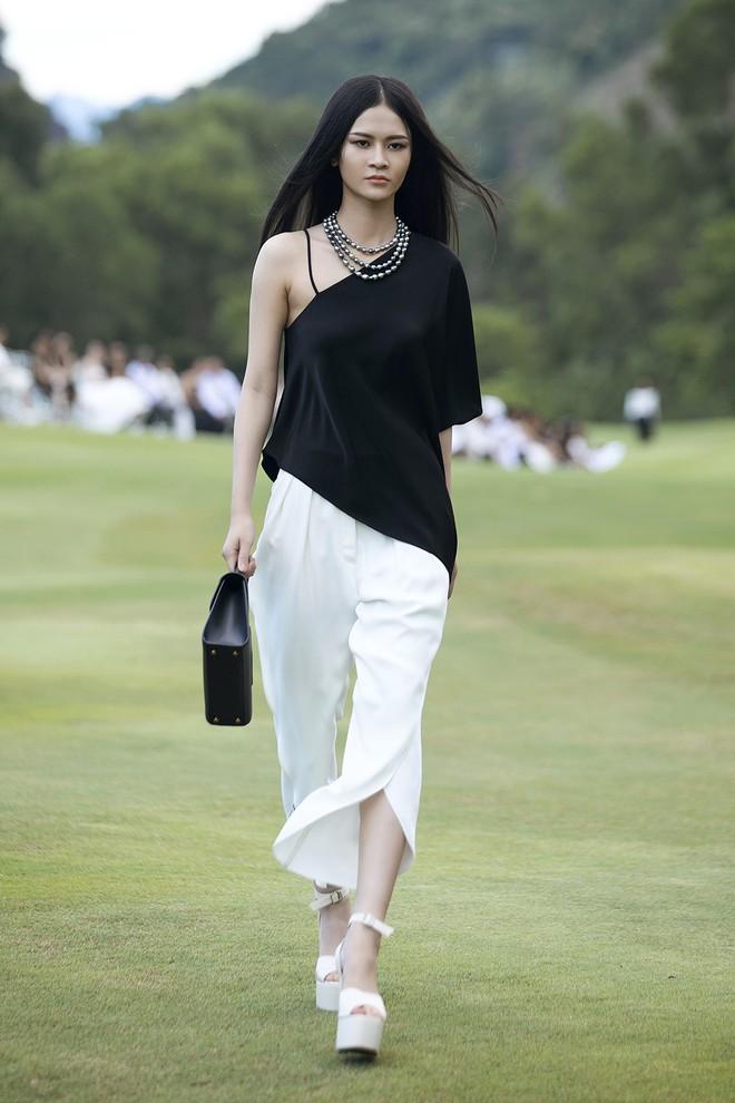 Đi giày hơn 15cm catwalk trên sân golf, khách mời phải ngả mũ trước dàn mẫu đỉnh của NTK Đỗ Mạnh Cường - ảnh 11