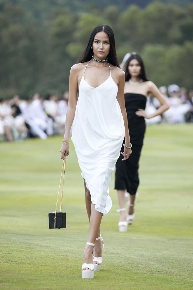 Đi giày hơn 15cm catwalk trên sân golf, khách mời phải ngả mũ trước dàn mẫu đỉnh của NTK Đỗ Mạnh Cường - ảnh 13
