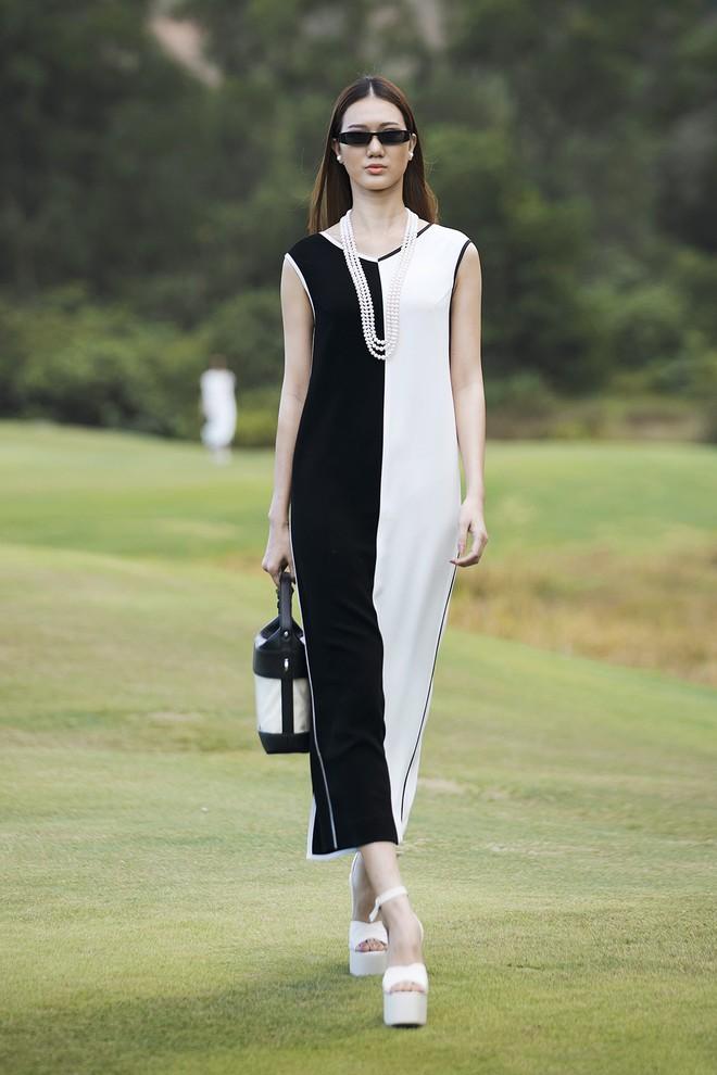 Đi giày hơn 15cm catwalk trên sân golf, khách mời phải ngả mũ trước dàn mẫu đỉnh của NTK Đỗ Mạnh Cường - ảnh 14