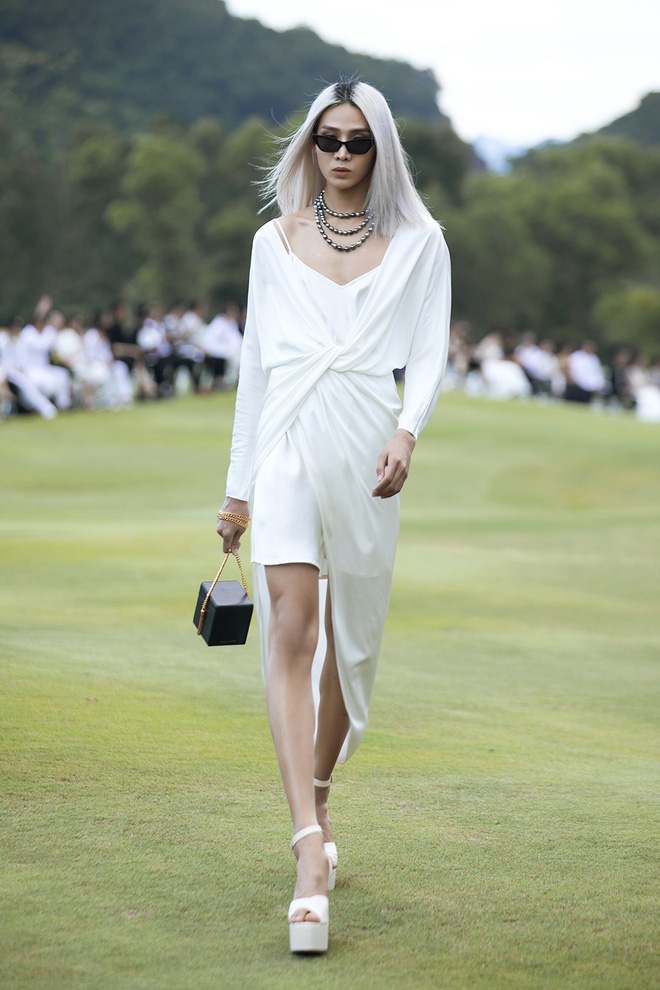 Đi giày hơn 15cm catwalk trên sân golf, khách mời phải ngả mũ trước dàn mẫu đỉnh của NTK Đỗ Mạnh Cường - ảnh 15