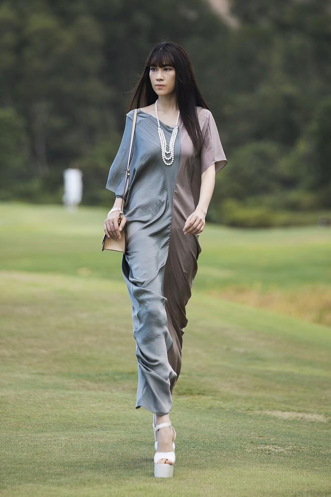 Đi giày hơn 15cm catwalk trên sân golf, khách mời phải ngả mũ trước dàn mẫu đỉnh của NTK Đỗ Mạnh Cường - ảnh 16