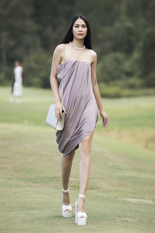 Đi giày hơn 15cm catwalk trên sân golf, khách mời phải ngả mũ trước dàn mẫu đỉnh của NTK Đỗ Mạnh Cường - ảnh 17